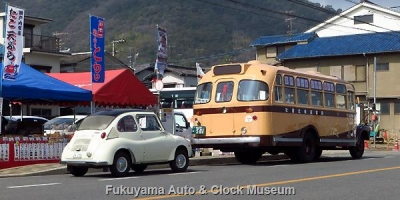 鞆鉄道のボンネットバス・いすゞBX341(1958年式,新日国工業)と当館のスバル360デラックス【クリックで大きく表示】