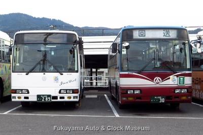 井笠バスカンパニーの三菱ふそうエアロミディMK 新旧2台並び 2007年式のPA-MK25FJ(ワンステップ) と1999年式のKC-MK619J(ツーステップ) 6月30日夕方撮影【クリックで大きく表示】