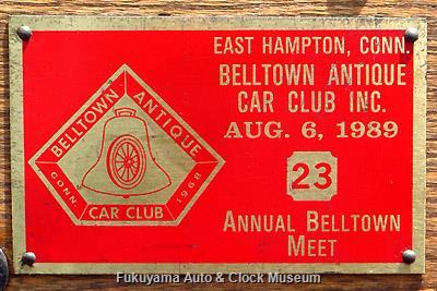 """ダッシュボードに鋲留めの""""Belltown Antique Car Club 23th Annual Meet""""プレート"""