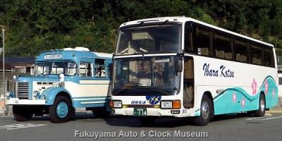 井原交通の三菱ふそうエアロクィーンMVとボンネットバス・日野BH15との並び【クリックで大きく表示】