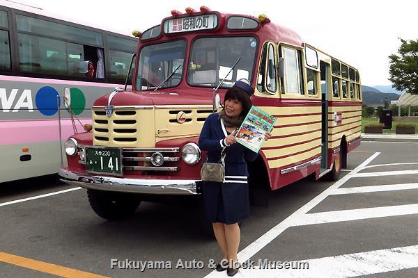 豊後高田市のボンネットバスとガイドのさっちゃん