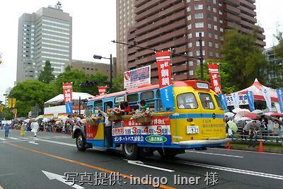 ひろしまフラワーフェスティバルのパレードへ出場した日野BA14