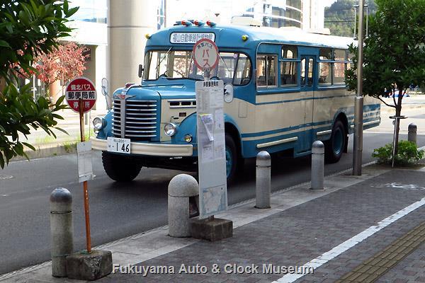 井原郵便局前バス停留所(西側)の標識とボンネットバス・日野BH15
