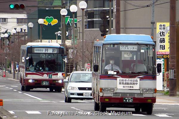 井原郵便局前付近をゆく井笠鉄道カラーの路線バス