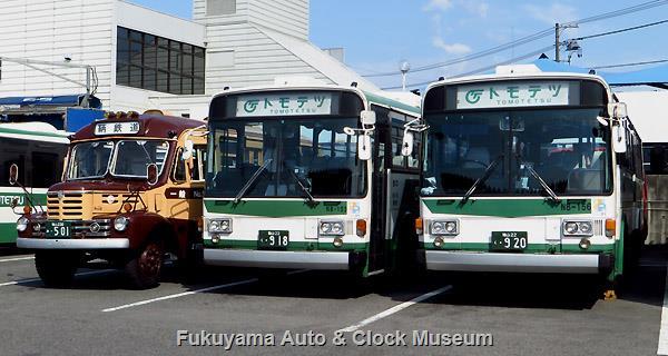 鞆鉄道N8-153・156 福山22く918・920 ニッサンディーゼルP-UA32L(富士重工業5E,1988年式)とボンネットバス・いすゞBX341(新日国工業,1958年式)との並び 2014年7月27日撮影