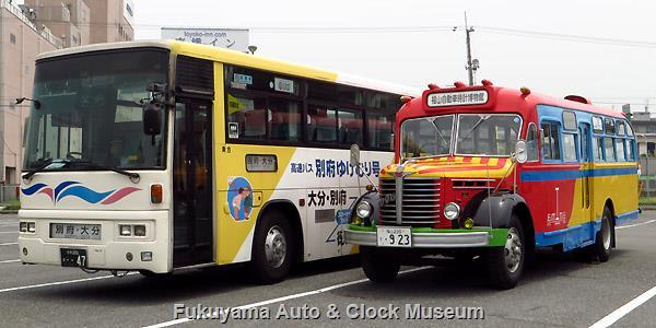 ボンネットバス・日野BA14と別府ゆけむり号 大分交通担当便本務車との並び