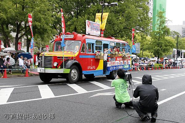 2016年5月3日、ひろしまフラワーフェスティバルの花の総合パレードへ出場した日野BA14(東浦自動車工業,1958年式)