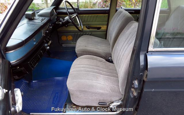 ダットサン P411 ブルーバード 1300 4ドア デラックスの運転席と助手席