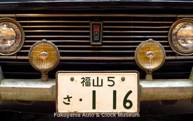 ダットサン P411 ブルーバード 1300 4ドア デラックスの前面(部分)とナンバープレート