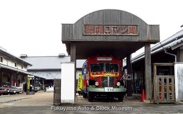 昭和ロマン蔵の車庫で展示中のボンネットバス・日野BA14