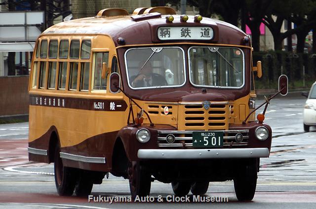 福山駅前バスのりばへ回送到着の鞆鉄道ボンネットバス