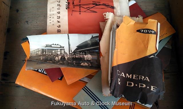 文机の引き出しだったと見られる木箱から見つかったフィルムシートや印画紙袋