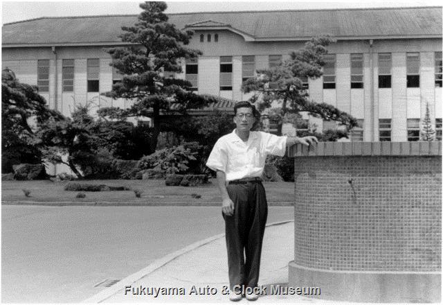 昭和33年8月 トヨタ自動車工業(株)本社事務所前に立たれた小林啓一氏