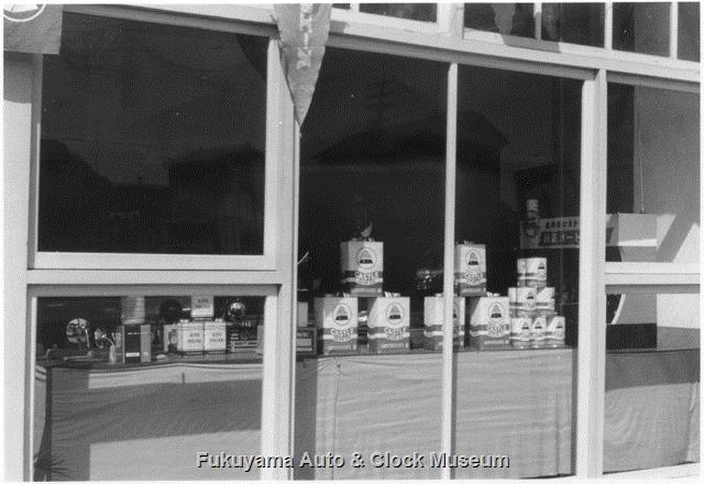 昭和34年 広島トヨペット福山支店 玄関東側の部屋での油脂・部品類陳列風景 外から窓越しに