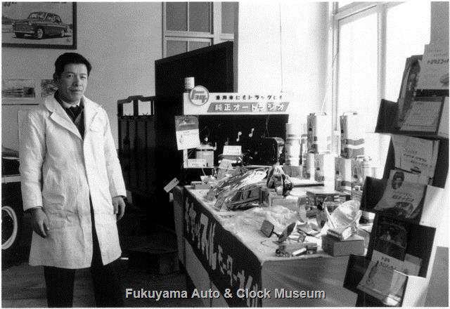 昭和34年 広島トヨペット福山支店 玄関東側の部屋での油脂・部品類陳列風景