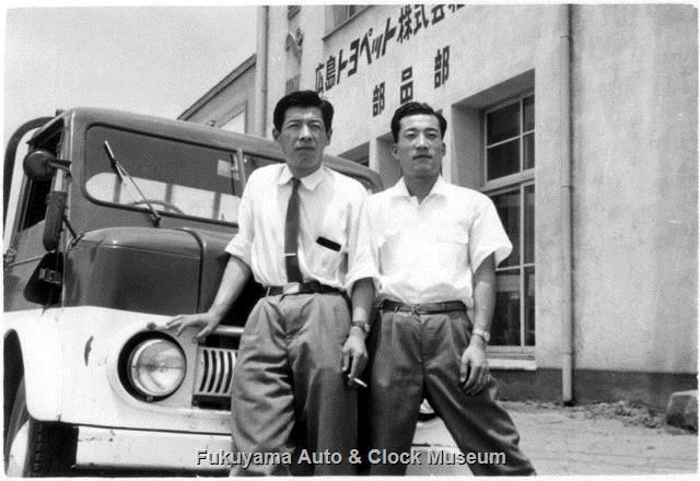 昭和32年 広島トヨペット福山支店 建物南西面とライトトラック/トヨエースSKB型