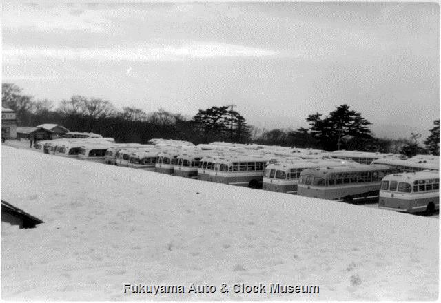 昭和32〜33年撮影 大山スキー場の駐車場 丸型ボディのバスがすし詰め状態
