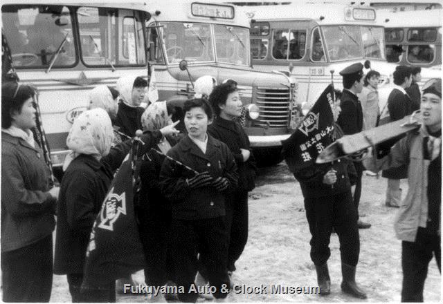 昭和32〜33年撮影 大山スキー場の駐車場 日ノ丸自動車のボンネットバスと澤タクシーのリアエンジンバスなど