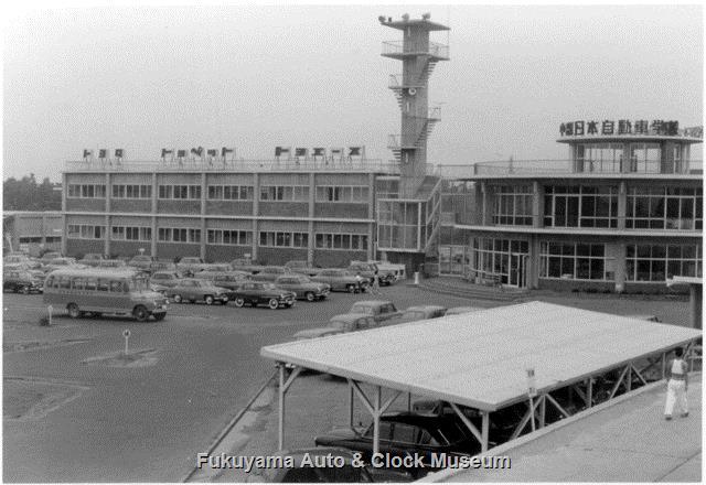 昭和33年8月 中部日本自動車学校 本館・教室棟と教習車駐車場