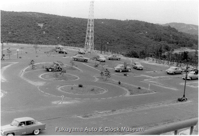 昭和33年8月 中部日本自動車学校 教室棟屋上から東向きに俯瞰の南東側コース南半部