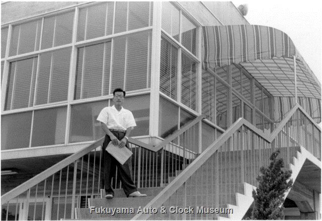 昭和33年8月 中部日本自動車学校 展示館南側階段に立たれた小林啓一氏