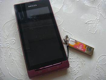 携帯とホイッスルストラップの画像