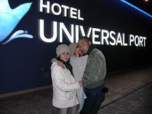 ホテルの入り口で記念撮影