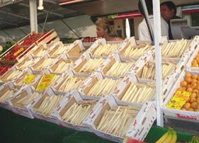 市場にズラ〜〜と並ぶホワイトアスパラガス