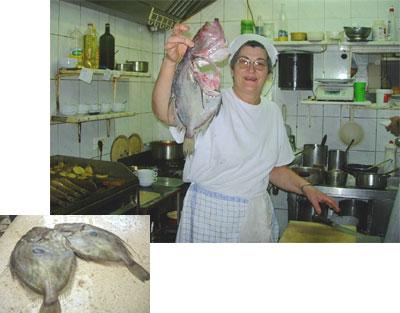 DUNDO MAROJEのコックおばさんと的のような黒丸模様がある的鯛