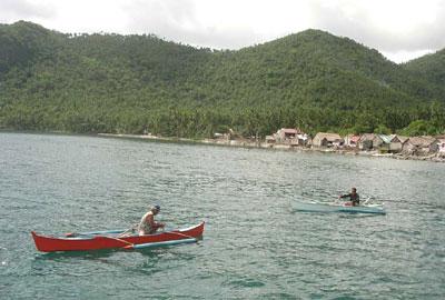 先行する斥候ボート(向こうに見える村がジンベイザメの保護をしています)