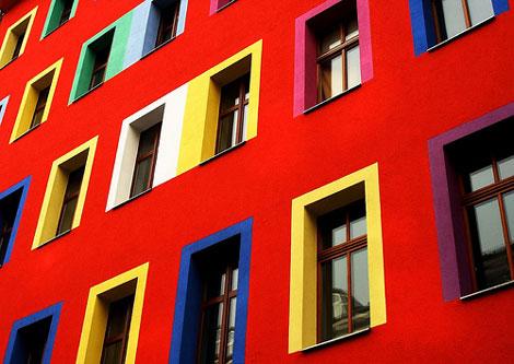 活発な印象の窓枠の配色