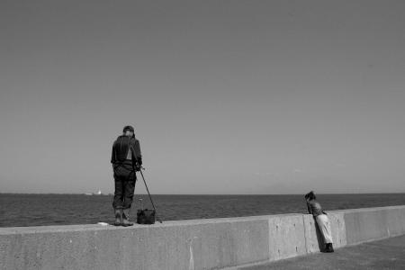 釣りする人を見るおかんとそれを見ている私