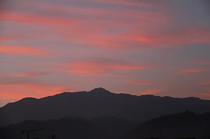 夕焼けの空と愛宕山