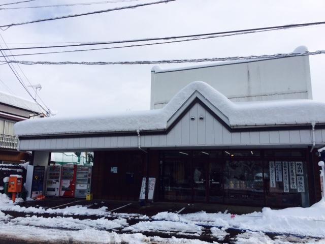 店の屋根の雪