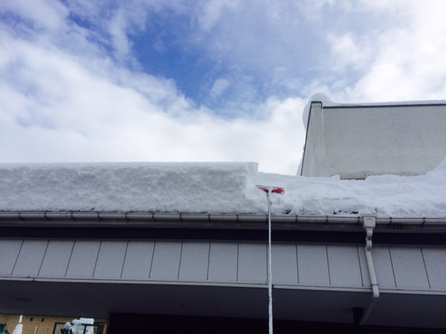店の屋根雪