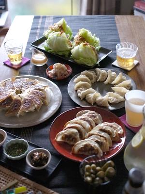 スタンダード餃子、れんこん明太餃子、さといもとエビの餃子、3種類の餃子と、 副菜のサラダ、漬けダレのアレンジも3種類提案いたしました。