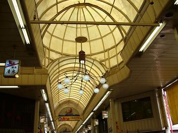 商店街のたこ型照明