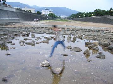 芦屋川河口で跳ぶ吉男