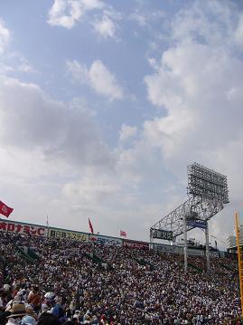 観戦客と青い空