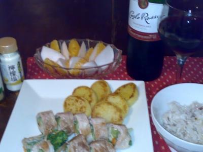 エノキと小松菜、ニンジンの豚肉巻きとスパイシーじゃがいもに赤ワインと二十穀米ご飯