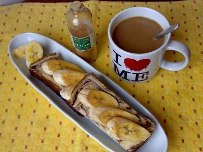鳴門屋のチョコマーブル食パンでバナナシナモントースト、珈琲