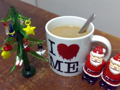 ガラスのクリスマスツリーと珈琲