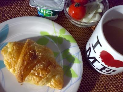 ベーカリー花岡のハム入りクロワッサンとコーヒー