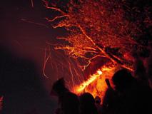大松明に火が着きごとびき岩を照らす