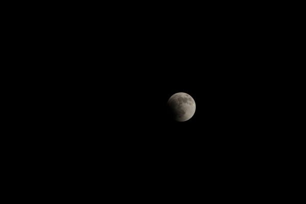 月食の始まり。