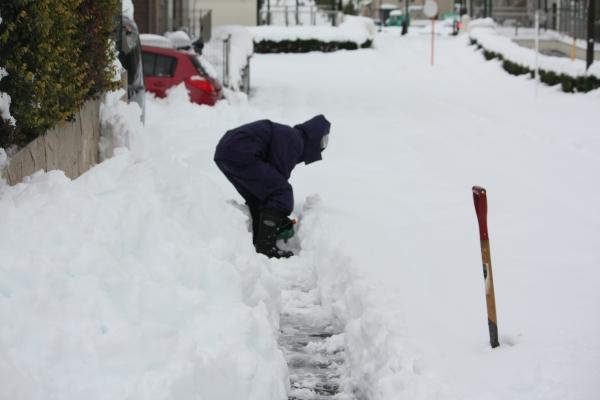 雪かきする次男