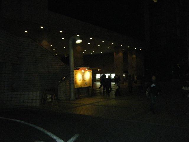 その夜明け、嘘。公演後の青山劇場前