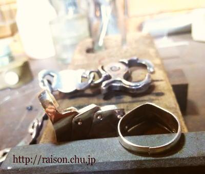 割れた指輪と、ナスカンのバネ交換。