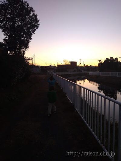 元日の夕暮れ、子供たちとの散歩。