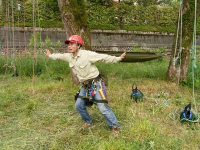 遊んでいるのではありません。木に登る前の準備体操です。